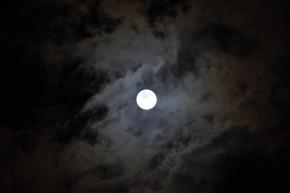 八月の月と空とおおかみこどもの雨と雪と